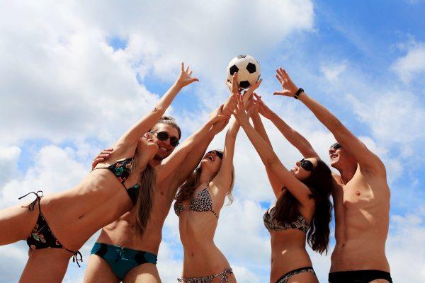 Игра в мяч на пляже
