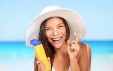 Девушка с солнцезащитным средством
