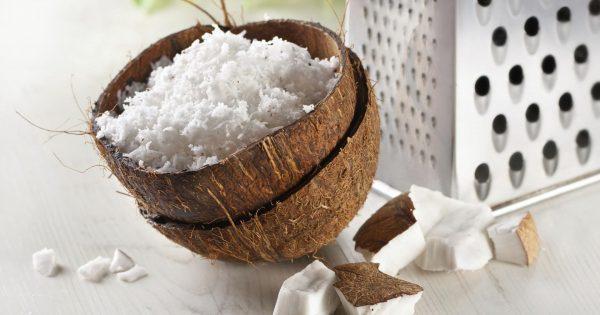 Кокосовая стружка в половинке кокоса