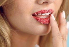 Сахарный скраб на губах
