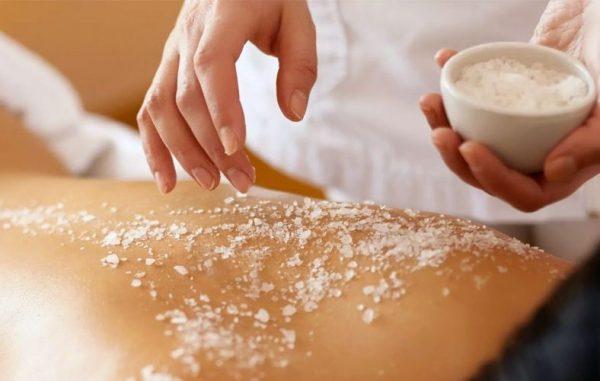 Скрабирование тела солью
