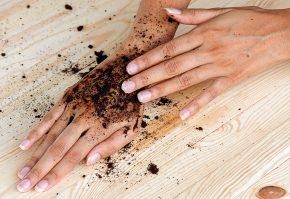 Скрабирование рук кофейной гущей