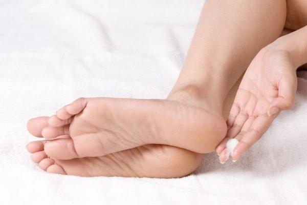 Нанесение крема на стопы