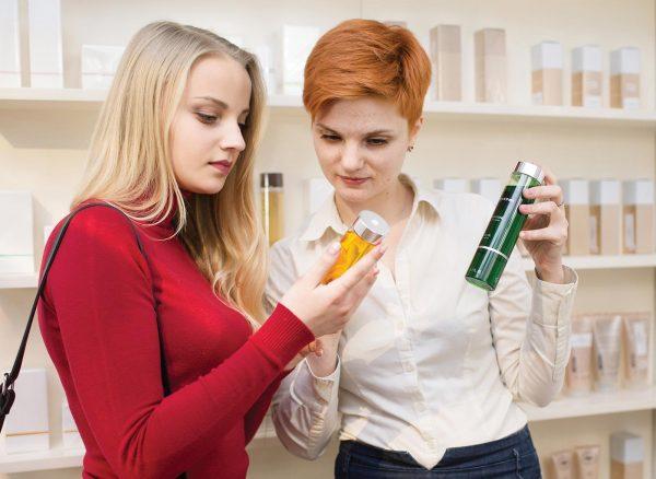 Девушки смотрят состав средства