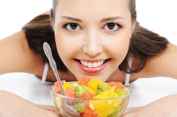 Девушка и чашка с фруктами