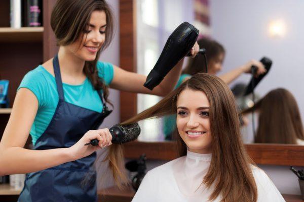 Выпрямление волос с помощью фена и брашинга