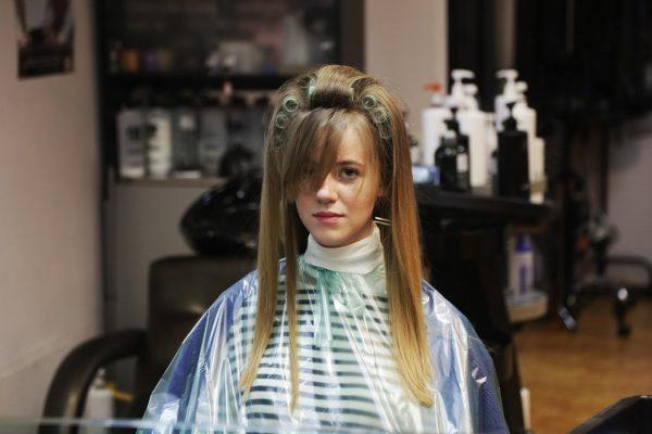 Волосы, накрученные на бигуди